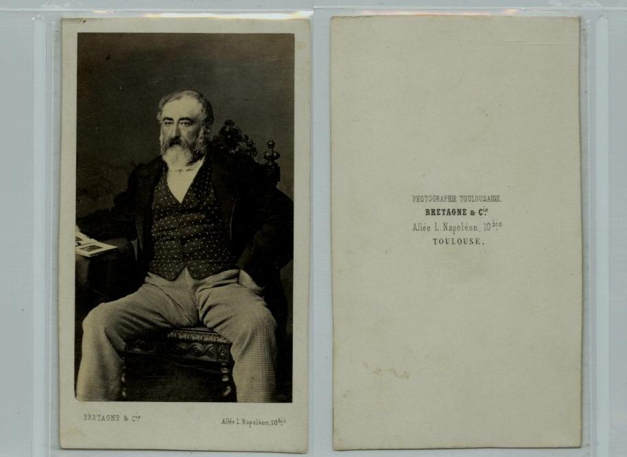 Bretagne toulouse un homme barbu assis sur une chaise cdv for Assis sur une chaise