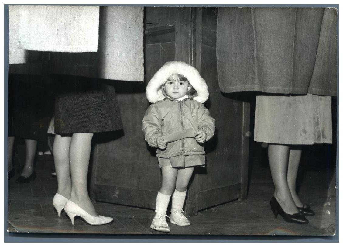 France paris petite fille dans un bureau de vote parisien vintage